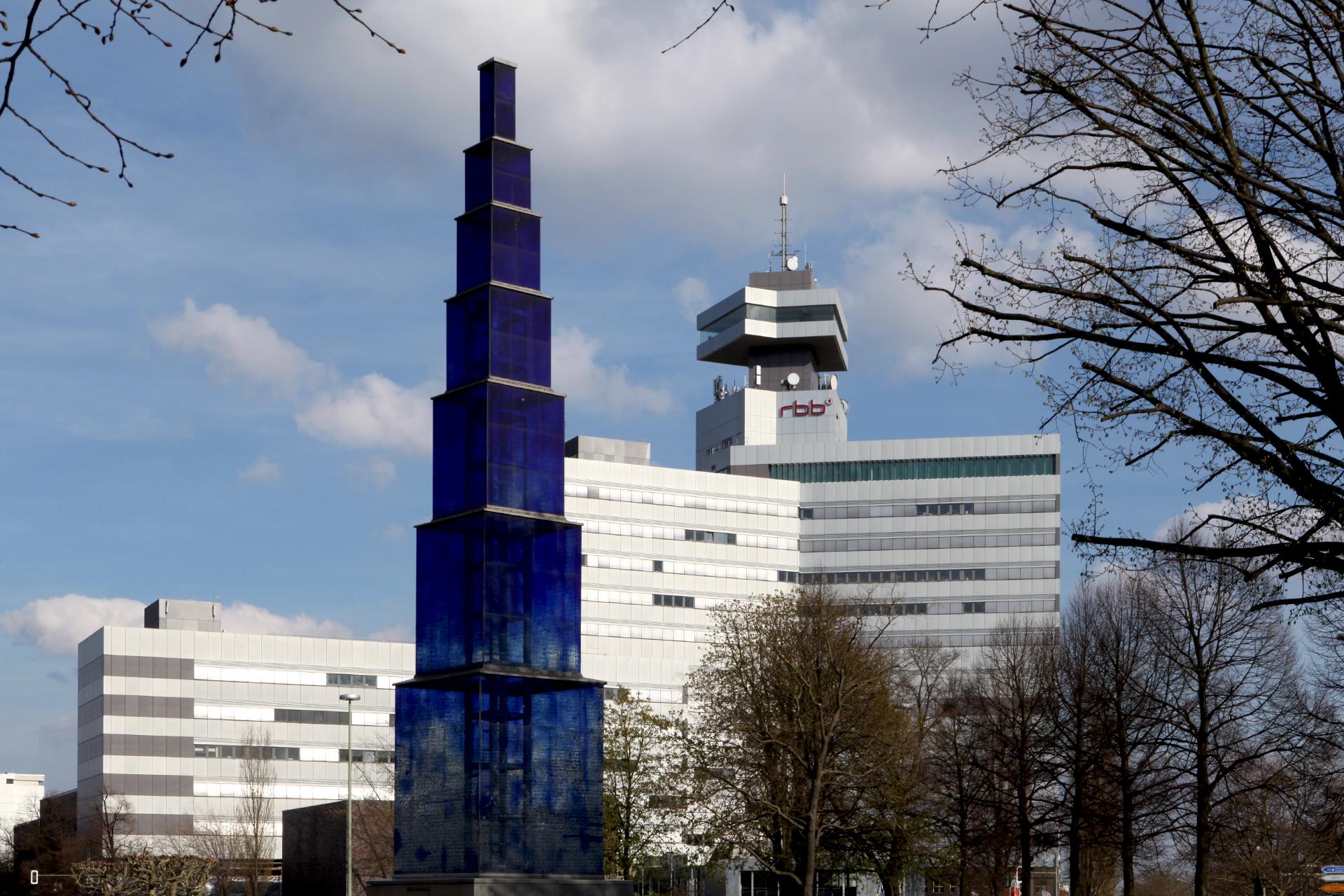 rbb,theodor-heuss-platz,Theo,Charlottenburg,Berlin-Charlottenburg,blauer Obelisk,Hella Santarossa